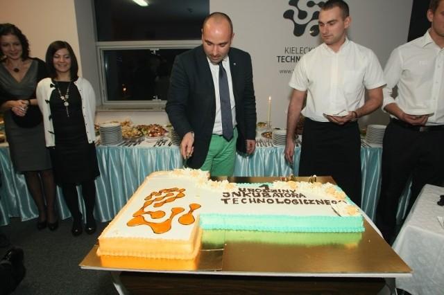 Dyrektor Kieleckiego Inkubatora Technologicznego częstował gości urodzinowego przyjęcia wspaniałym tortem.