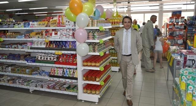 Nowa aranżacja sprawiła, że sklep dysponuje większym asortymentem. Na zdjęciu dyrektor handlowy Jerzy Cholewiński.