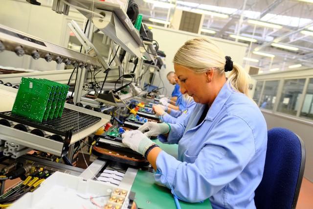 """GUS podaje, że zarobki Polaków w pandemii... rosły! W czwartym kwartale 2020 roku przeciętne wynagrodzenie wynosiło już 5457,98 zł brutto - o 5,6 proc. więcej niż kwartał wcześniej. Jeżeli natomiast chodzi o cały ubiegły rok, to przeciętne wynagrodzenie w gospodarce narodowej wyniosło 5167,47 zł. To o 5 proc. więcej niż w 2019 r., kiedy to średnia pensja wyniosła 4918,17 zł. GUS podkreśla też, że realny wzrost przeciętnego wynagrodzenia w 2020 r. w stosunku do 2019 r. wyniósł 1,7 proc.W Kujawsko-Pomorskiem przeciętne wynagrodzenie w sektorze przedsiębiorstw wynosi 5124,44 zł brutto (3701 zł """"na rękę"""" przy zatrudnieniu na umowie o pracę). Takie dane podaje Urząd Statystyczny w Bydgoszczy, za grudzień zeszłego roku. Te statystki budzą u wielu zdenerwowanie. """"Kto tyle w Toruniu zarabia?!"""" - padają pytania tych, którym na konto wpływa co miesiąc zdecydowanie mniej. Jak wiadomo, na statystyczne """"przeciętne wynagrodzenie"""" składają się i ci, którzy zarabiają np. trzy razy więcej, i ci, których pensja balansuje na granicy najniższej krajowej. My sprawdziliśmy, jakie zarobki obecnie oferuje się w Toruniu, rekrutując do pracy na różne stanowiska. Oferty są bieżące, z lutego.Czytaj dalej. Przesuwaj zdjęcia w prawo - naciśnij strzałkę lub przycisk NASTĘPNECZYTAJ TAKŻE:Zarobki Polaków poszybowały w górę. Zaskakujące dane GUSDochód Podstawowy: 1200 zł dla każdego i 600 zł ekstra dla dziecka"""