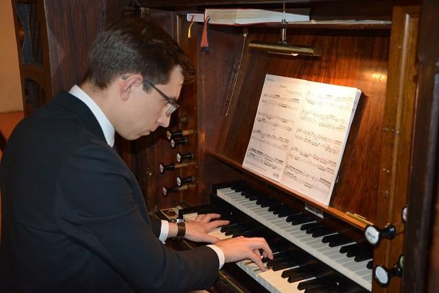 Towarzystwo Przyjaciół Poznańskiej Fary zaprasza na kolejny, przedostatni już występ w ramach tegorocznej edycji Staromiejskich Koncertów Organowych. Tym razem posłuchamy polskiego organistę Kamila Lisa.