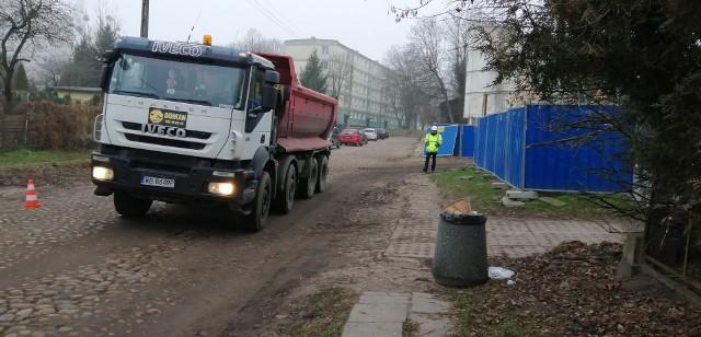 To już naprawdę początek robót przy budowie tunelu łączącego Łódź Fabryczną z Łodzią Kaliską i Żabieńcem. Na placu pomiędzy ulicami Drewnowską, Odolanowska i Stolarską uwijają się robotnicy, co kilka minut wjeżdżają i wyjeżdżają ciężarówki, pracują koparki. Powstaje tu głęboka na kilkanaście metrów tzw. komora startowa, w której zmontowana zostanie tarcza TBM. WIĘCEJ NA KOLEJNYM SLAJDZIE