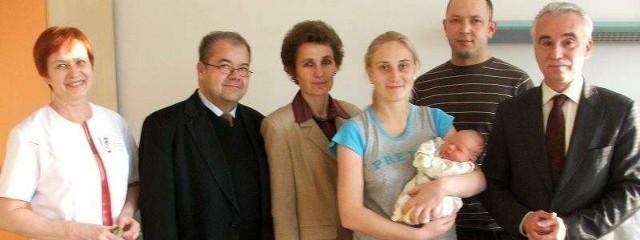 Szczęśliwi rodzice, dyrekcja i pracownicy szpitala w Ostrołęce