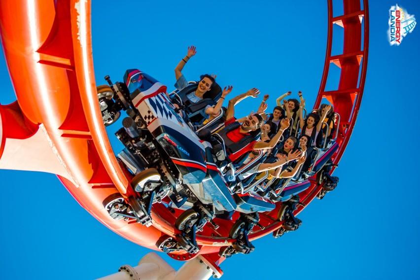 W ostatnim czasie w Energylandii powstało kilka nowych, ekstremalnych atrakcji. Goście mogą odwiedzić otwarty niedawno Smoczy Gród, a w nim spektakularny drewniany Roller Coaster Zadra. Co jeszcze warto sprawdzić? Przedstawiamy propozycje TOP 10 atrakcji w Parku Rozrywki Energylandia w Zatorze. Zobacz kolejne zdjęcia. Przesuwaj zdjęcia w prawo - naciśnij strzałkę lub przycisk NASTĘPNEZOBACZ RANKING ATRAKCJI >>>