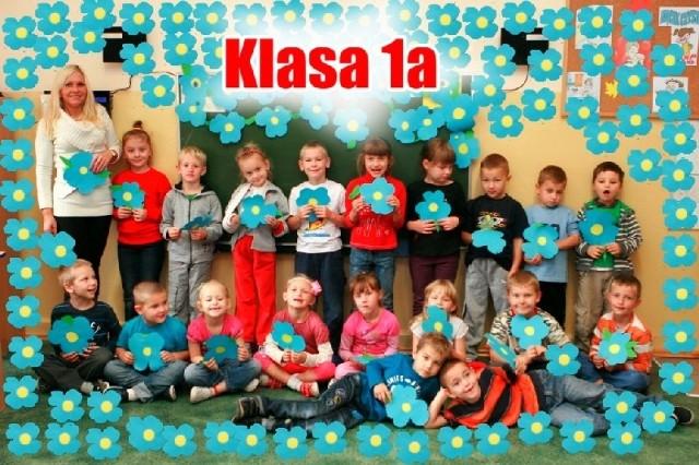"""Uczniowie 1a SP nr 4 w Gorzowie zdjęcie klasowe """"ubrali"""" w kolorowe kwiatki"""