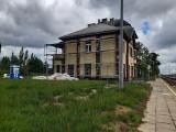 Trwa przebudowa dworca kolejowego w Jastrzębiu. Robotnicy pracują wewnątrz budynku