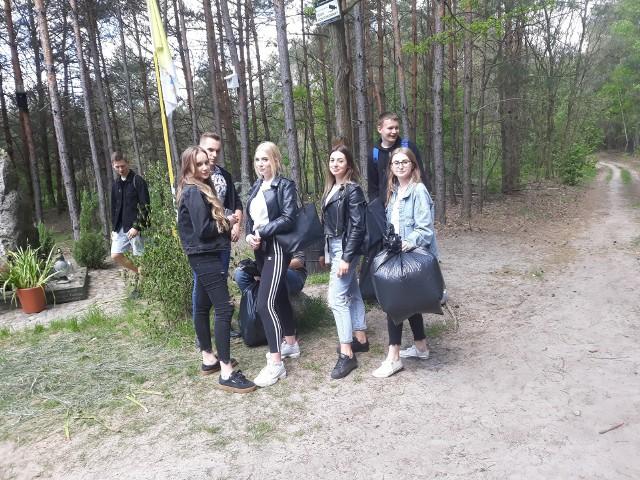 Białobrzescy licealiści wzięli udział w akcji sprzątania świata.
