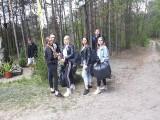 Licealiści z Białobrzegów sprzatali okolicę, sprzątanie świata miał przypomnieć, że trzeba dbac o środowisko