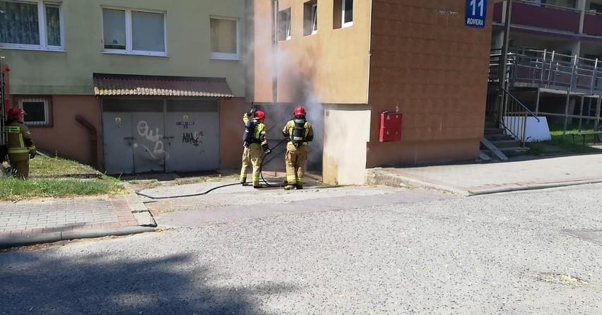 Pożar w bloku przy ulicy Romera w Słupsku. Palił się śmietnik [zdjęcia]
