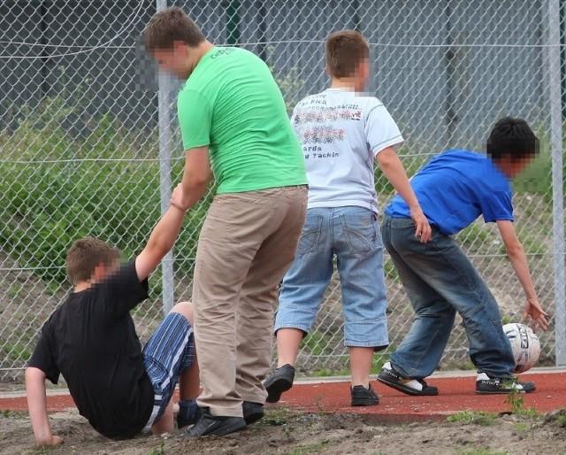 Chłopcy mówili, że nie wiedzieli nic o kablach. Pobiegli po piłkę, bo wpadła im do dziury.