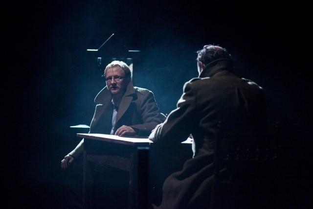 """Scena ze spektaklu """"Bracia Karamazow"""" Teatru Provisorium"""