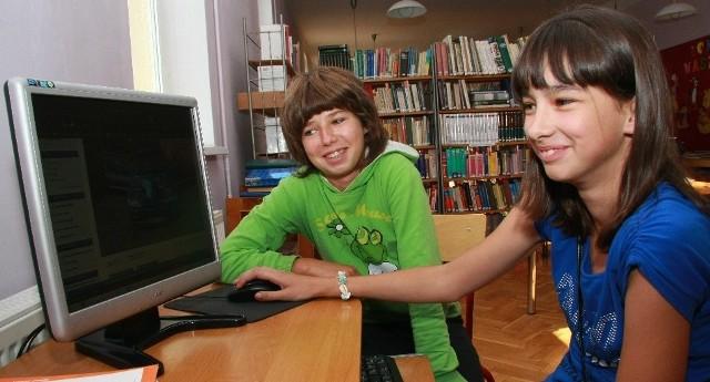 Gimnazjalistki Marysia Kobus (z lewej) i Magda Stępień często korzystają z komputerów w bibliotece.