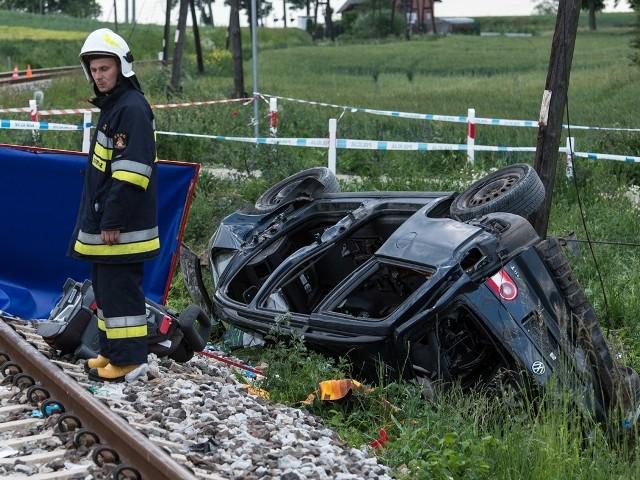 Czteroosobowa rodzina wyjeżdżała na wypoczynek. Daleko nie odjechali. Kilkadziesiąt metrów od domu doszło do tragicznego wypadku. Szynobus uderzył w auto. Zginęło dwoje dzieci.