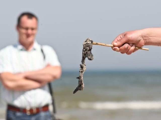 Tak wygląda substancja znaleziona na plaży w Czołpinie. Uwaga, po dotknięciu: zapala się, bo jest w niej fosfor.
