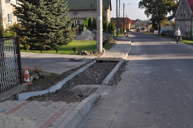 Remont chodnika w Ucieszkowie
