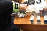 Policjanci z Brzegu zatrzymali 31-latka, który włamywał się do sklepów i garaży. Kradł papierosy, kosmetyki i elektronarzędzia