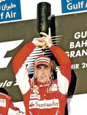 Po wyścigu Fernando Alonso w prawdziwie szampańskim nastroju Fot. PAP/EPA/Franck Robichon