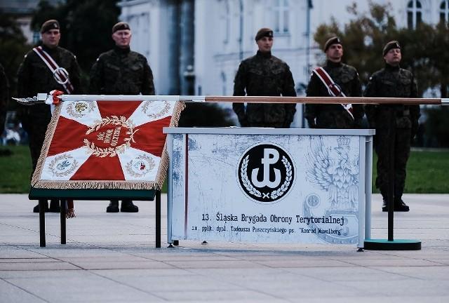 Śląscy terytorialsi mają swój sztandar. Ufundowała go Kuźnia Raciborska.Zobacz kolejne zdjęcia. Przesuwaj zdjęcia w prawo - naciśnij strzałkę lub przycisk NASTĘPNE
