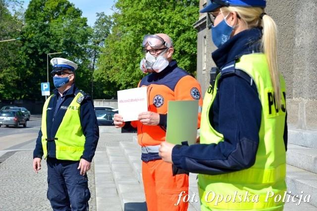 #MuremZaMedykiem akcja ratowników medycznych i służb mundurowych w Opolu.