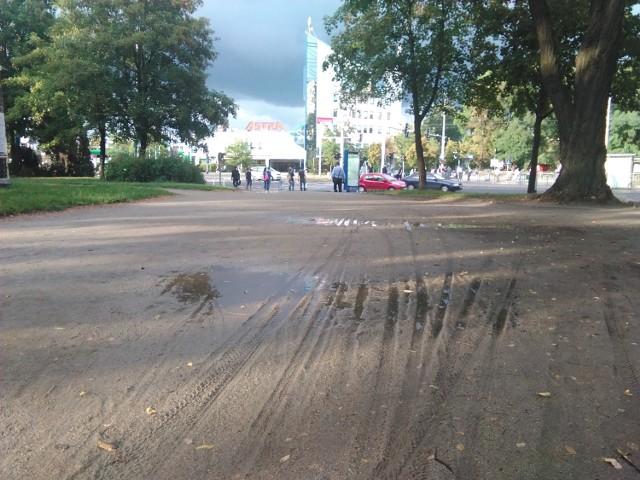 Po opadach deszczu jedyna droga łącząca stację kolejową Wrocław Mikołajów z ul. Legnicką zamienia się w błotne bajoro