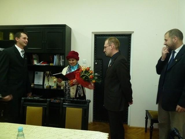 Wanda Boroń otrzymała podziękowania i kwiaty od wójta Jakuba Danielewicza za społeczną opiekę nad miejscem pamięci w Raciniewie