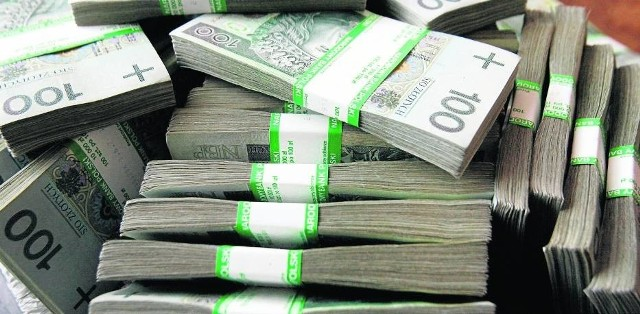 Sekretarz powiatu zarabia miesięcznie 7000 zł brutto (wynagrodzenie zasadnicze, dodatek funkcyjny). Do tego dochodzi stażowe (od 5 do 20 procent) oraz uznaniowa premia kwartalna.
