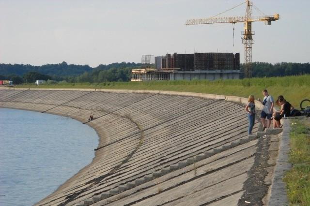 Wał zbiornika od strony wody jest uszczelniony asfaltem w miejscach tzw. dylatacji, gdzie łączą się betonowe płyty. Kiedy asfalt wypływa albo traci swoje właściwości, woda sączy się do wału.