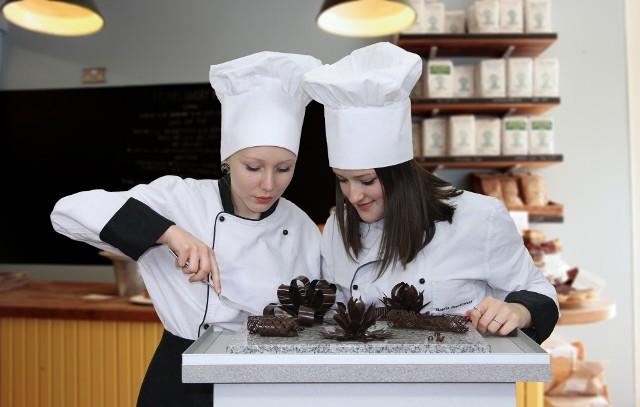 Cukiernik w ZSZ nr 4 uczy się piec smaczne ciasta, rozwija swoje zdolności plastyczne i manualne, obsługuje profesjonalne narzędzia i maszyny, dobiera surowce, tworzy wyroby według własnych pomysłów i receptur, a także wdraża nowości technologiczne.