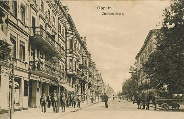 Kamienice przy obecnej ulicy 1 Maja, stojące naprzeciwko dworca kolejowego. Dworzec wojnę przetrwał, większość kamienic nie miało tyle szczęścia.