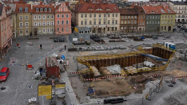 Na placu Kolegiackim trwają prace przygotowawcze pod montaż słupów oświetleniowych oraz prace projektowe związane z nową konstrukcją budynku podziemnego