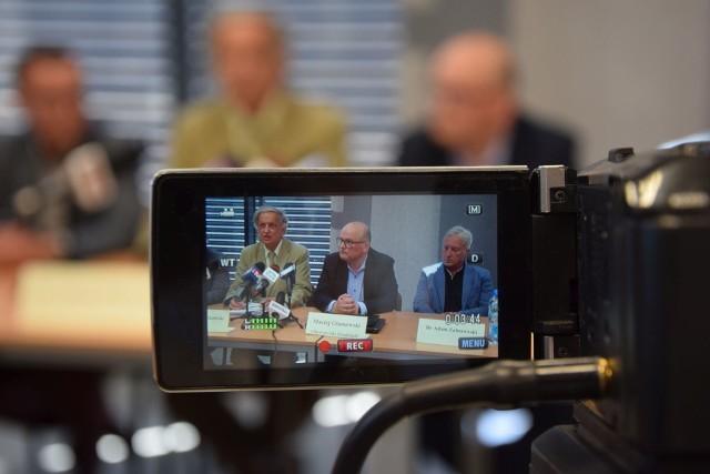 Dr Andrzej Witkowski (z lewej) i dr Adam Zaborowski (z prawej) o sytuacji w szpitalu mówili na konferencji, którą zorganizowali radni opozycji: Maciej Glamowski (radny niezrzeszony w środku) oraz Krzysztof Kosiński (PiS), Łukasz Kowarowski (SLD), Andrzej Wiśniewski (PiS), Sławomir Szymański (PiS), Szymon Gurbin (radny niezrzeszony)