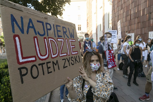 Protest pod krakowskim magistratem przeciwko podwyżkom cen biletów MPK