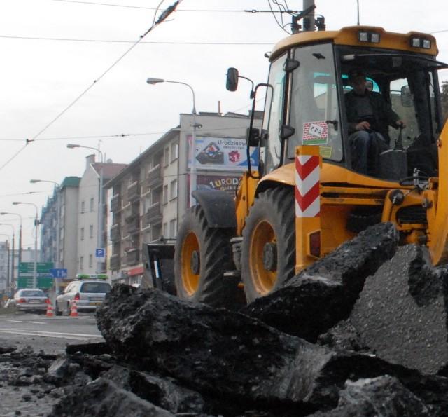 Rozkuwanie asfaltu na skrzyżowaniu Jagiełły, Chrobrego i Wybickiego rozpoczęło się wczoraj rano. Samochody przejadą tędy najpewniej w połowie października.