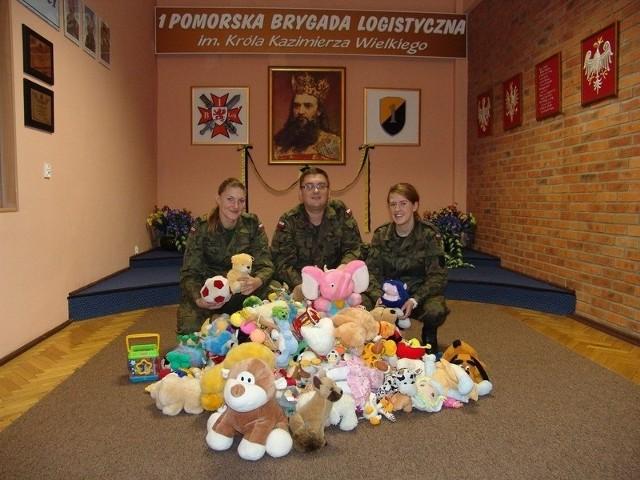 Od lewej: kpr. Aneta Pieczewska st. szer. Mariusz Krzyżostaniak kpr. Sandra Tejza z 1. Pomorskiej Brygady Logistycznej