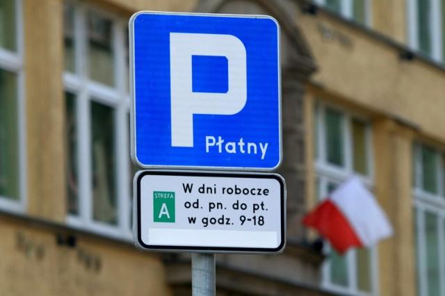 Dwa razy więcej zapłacimy od poniedziałku za parkowanie w ścisłym centrum Wrocławia. Strefy A i B staną się śródmiejską strefą płatnego parkowania, gdzie opłaty za postój pobierane będą od poniedziałku do niedzieli od godz. 9 do 20.