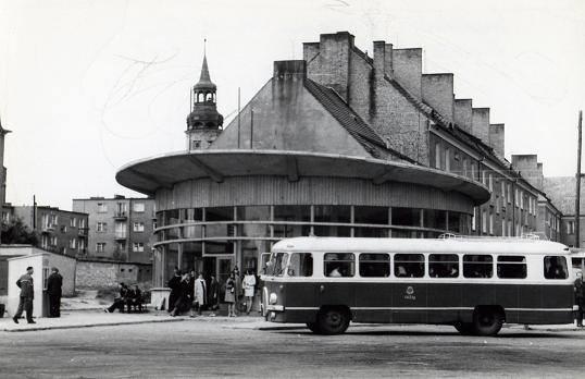Dokładnie 29 kwietnia 1966 roku odbyło się uroczyste otwarcie dworca PKS w Sulechowie. Zobaczcie archiwalne zdjęcia z jego budowy oraz te zrobione zaraz po jego otwarciu.Przeczytaj też:  Zmiana dowódcy pułku w sulechowskim garnizonie [ZDJĘCIA]