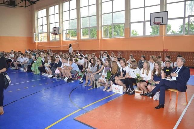 Uczniowie szkoły podstawowej w Białobrzegach na zakończenie roku przyszli do sali gimnastycznej. Było wręczenie nagród i świadectw.