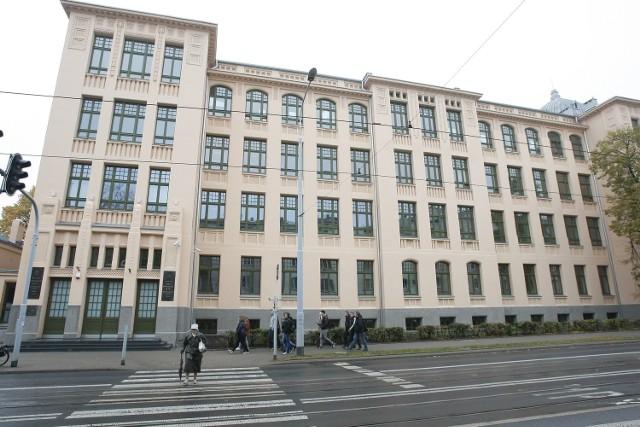 Autonomia uczelni dla Uniwersytetu Łódzkiego oznacza także niezależność od zewnętrznych dostaw płynu do dezynfekcji. UŁ (na zdjęciu rektorat) ma własny...>>> Czytaj dalej na następnym slajdzie >>>