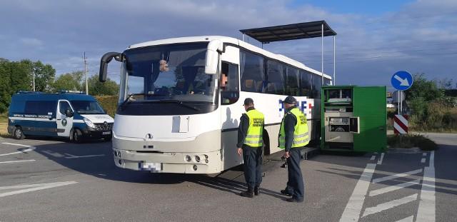Niebezpieczna różnica w sile hamowania osi autobusu i brak wymaganej licencji były przyczyną uniemożliwienia dalszej jazdy autobusowi, który wiózł dzieci do szkoły w Świętej Katarzynie. Inspektorzy nałożyli mandat i wszczęli postępowanie administracyjne