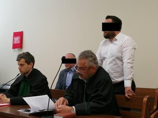 W Sądzie Apelacyjnym w Poznaniu zapadł prawomocny wyrok w sprawie Konrada C., byłego komornika, który został oskarżony o wielomilionowe oszustwo finansowe. Mężczyzna oraz jego wspólnik zostali skazani na karę 3 lat i 6 miesięcy pozbawienia wolności. Muszą też naprawić szkodę, jaką wyrządzili.