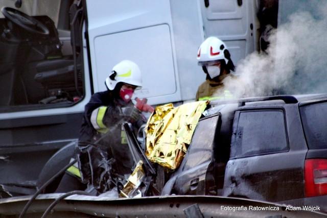 Do tragicznego wypadku doszło w środę wczesnym rankiem na drodze S6 w okolicach Karnieszewic. Niestety, jedna osoba nie żyje.
