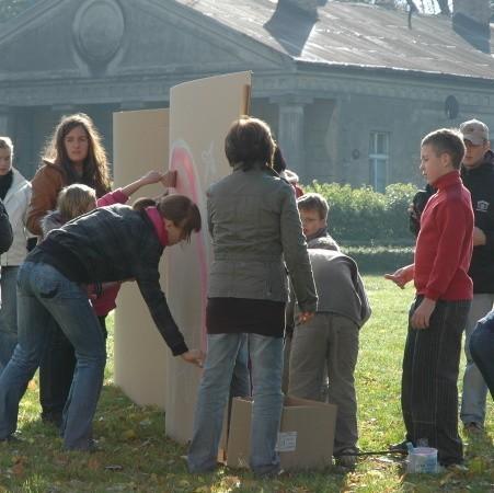 Uczestnicy malarskiego pleneru zgodnie przyznali, że w Gościeszynie nie brakuje malarskich tematów, a chyba największym zainteresowaniem cieszyło się wspólne malowanie na wielkim formacie.
