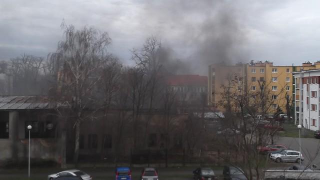 Pożar w byłym zakładzie MB Pneumatyka na os. Konstytucji 3 Maja wybuchł w niedzielę, 16 lutego.Na miejsce dotarły dwa wozy sulechowskich strażaków. Paliły się śmieci w opuszczonej fabryce. Strażacy bardzo szybko opanowali pożar. źródło: fb Sulechowskie Informacjefot. Czytelniczka Facebooka Sulechowskie InformacjeCzytaj również: IMGW wydał ostrzeżenie dla Lubuskiego. Będzie mocno wiało. Nadchodzi huragan DenisWIDEO: Poszukiwany, na zakazie i uciekał - policjanci zakończyli niebezpieczną jazdę 32-latka