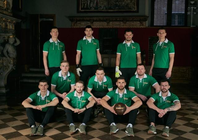 Piłkarze Lechii Gdańsk w koszulkach retro w Sali Czerwonej Ratusza Głównego Miasta