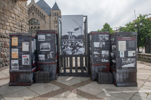 Każdy, kto stanie przy tej wystawie będzie mógł zobaczyć zdjęcie danego, historycznego miejsca i spojrzeć, jak wygląda ono dzisiaj. Przykładowo spojrzeć na zdjęcie dawnego Komitetu Wojewódzkiej Polskiej Zjednoczonej Partii Robotniczej, a potem zobaczyć ten sam gmach w rzeczywistości - mówiła Kinga Przyborowska, kierownik Muzeum Powstania Poznańskiego-Czerwiec 1956.Zobacz kolejne zdjęcia z wystawy --->