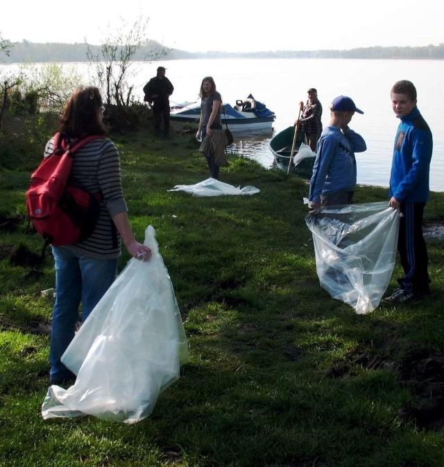 Sprzątanie brzegu Jeziora Kierskiego
