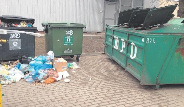 """Czytelnik podpisał swoje zdjęcie: Kolejna """"rewolucja"""" w śmieciach. Dobra zmiana? Według niego, gdyby spółka Lech nie zmieniła zasad, odpady leżałyby nie na chodniku, lecz w dużym kontenerze."""