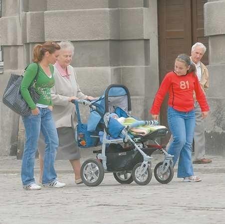 Maria Furmańska, Magdalena Marciniszyn i Joanna Nowak przyznają, że po deptaku idzie się niezbyt wygodnie. Wszystko z powodu fatalnej nawierzchni.