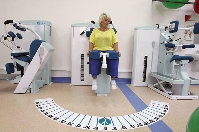 Dzięki skali narysowanej na posadzce pacjent orientuje się, jaki procent zakresu ruchu wykonuje.
