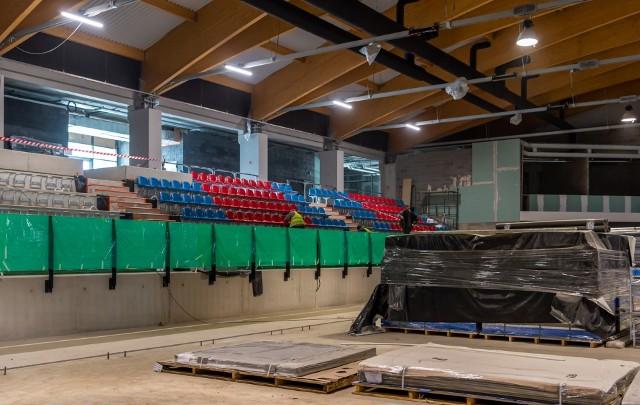 W hali lodowiska w Bytomiu rozpoczął się montaż krzesełek, Zobacz zdjęcia >>>