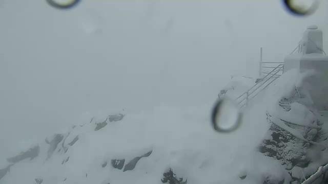 Szczyt Łomnicy w Tatrach Słowackich w śniegu